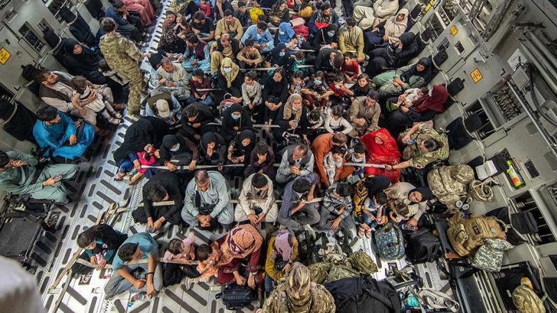 7 pessoas morrem nos arredores do aeroporto de Cabul, diz Ministério da Defesa do Reino Unido