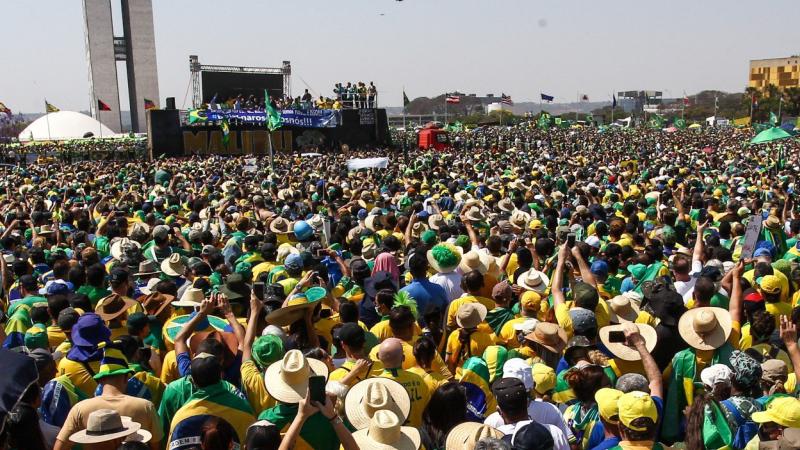 Bolsonaro critica STF e diz que 'quem age fora da Constituição se enquadra ou pede para sair'